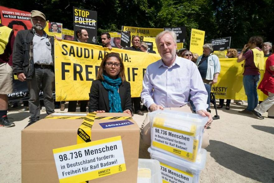Amnesty Germany Hands Petition With 98,736 Signatures to Saudi Embassy in Support of Raif Badawi